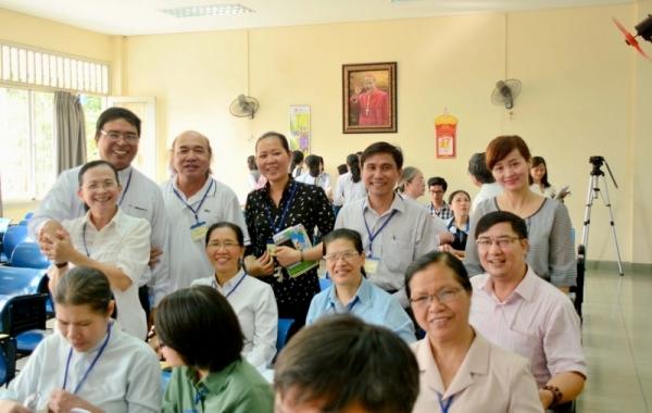 Chụp hình lưu niệm với Đức cha Vinh Sơn Nguyễn Văn Bản, Chủ tịch UBTN